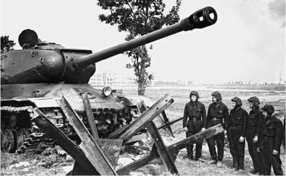 Танкисты изучают способы преодоления танком ИС-2 противотанковых препятствий. Ленинградский военный округ, 1951 год.