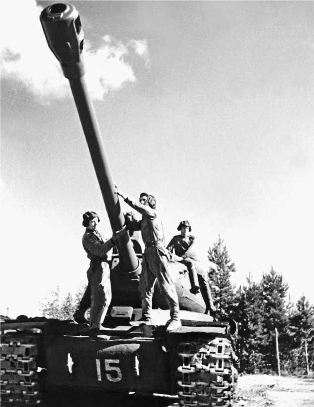 Танкисты осматривают свой ИС после учебных стрельб. Ленинградский военный округ, 1948 год.