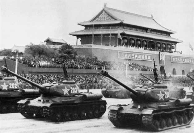 Тяжелые танки ИС-2 Народно-освободительной армии Китая на параде. Пекин, 1950-е годы.
