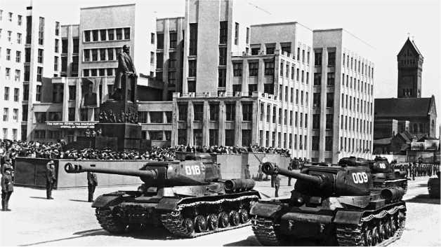 Танки ИС-2 одной из частей Белорусского военного округа на военном параде в Минске. 1 мая 1948 года.