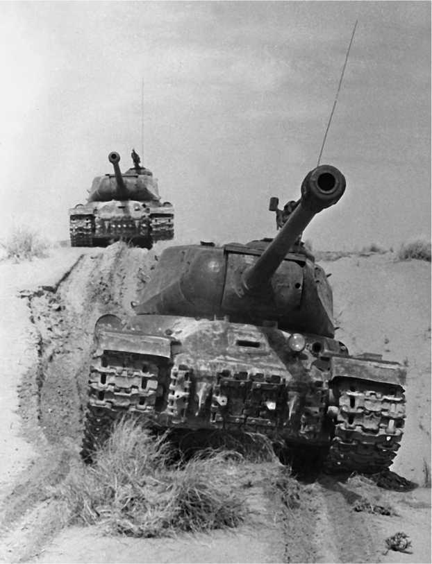 ИС-2 на марше в пустыне. Туркестанский военный округ, 1950 год.