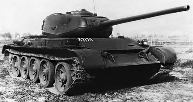Серийный средний танк Т-44. 1945 год.