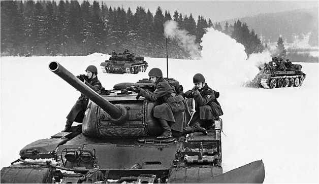 Взвод танков Т-44М с десантом на броне во время тактических занятий. Март 1973 года.