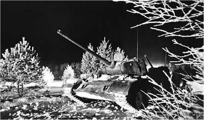 Колонна танков Т-44М во время ночного марша. Ленинградский военный округ, январь 1977 года.