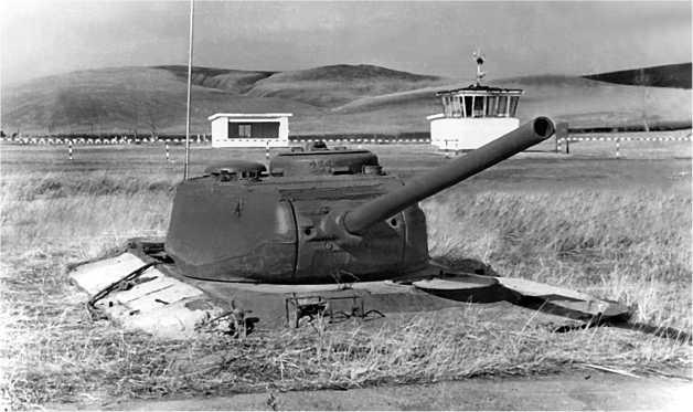 Долговременная огневая точка, сооруженная с использованием башни и корпуса танка Т-44 на советско-китайской границе.