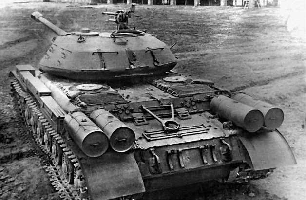 Вид сзади на ИС-4. Обращает на себя внимание характерное и необычное для советских танков расположение дополнительных топливных баков.