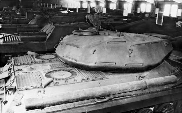 Вид сверху на башню и корму корпуса танка ИС-4. Хорошо видны выхлопные патрубки и надвентиляторные плиты.