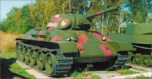 По-видимому, единственный сохранившийся до наших дней танк Т-34, изготовленный в 1941 году. Эта машина находится в экспозиции Военно-исторического музея бронетанкового вооружения и техники в подмосковной Кубинке. 2002 год.
