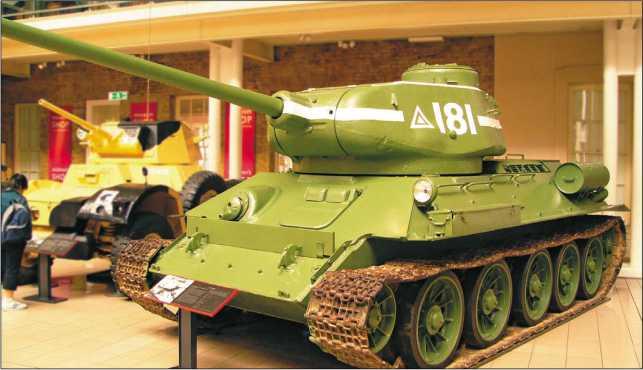 Средний танк Т-34-85, прошедший модернизацию в 1960-е годы, во время парада вдень 70-летия 38-го НИИИ МО РФ. Кубинка, 2001 год (вверху). Танк Т-34-85 выпуска 1945 года в экспозиции Имперского военного музея в Лондоне. 2005 год (внизу).