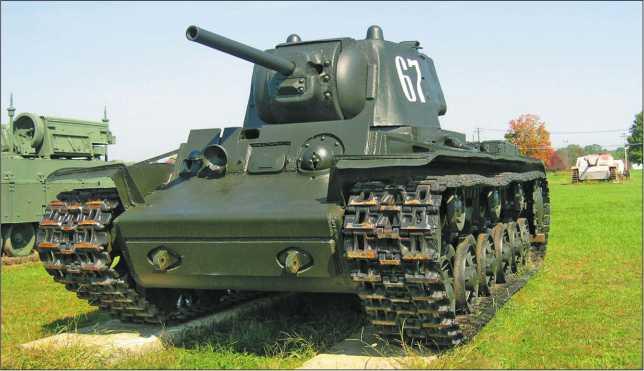 Тяжелые танки КВ-1 в г. Кировске Ленинградской области (вверху) и в экспозиции военного музея на Абердинском полигоне в США (внизу).