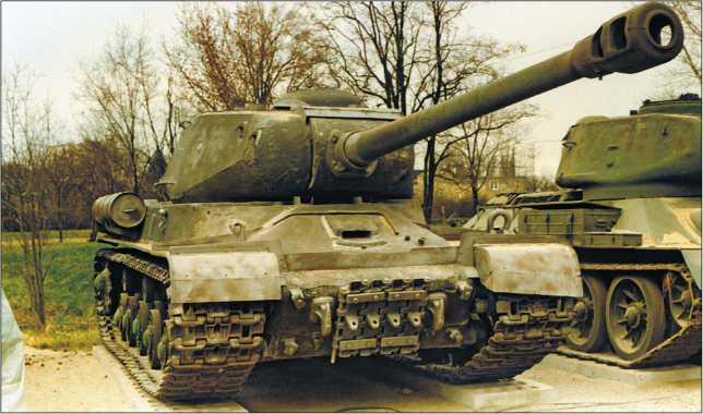 Тяжелый танк ИС-2, прошедший весь цикл послевоенной модернизации по программе ИС-2М. Кубинка, 2001 год (вверху). Тяжелый танк ИС-2 со спрямленной литой носовой частью производства завода №200. Танковый музей в Варшаве, 1997 год (внизу).