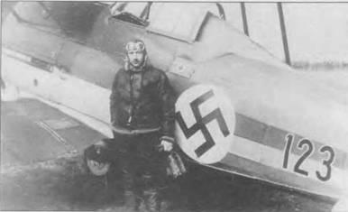 Латвийский пилот позирует на фоне «Гладиатора Mk I» (123). Это был десятый самолет из числа, закупленных в Англии. Черный номер обведен тонкой белой каймой. Над левым плечом пилота крышка отсека с аптечкой первой помощи. Этим латвийские «Гладиаторы» отличались от машин других серий.