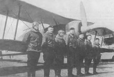 Несколько латвийских пилотов стоят перед «Гладиаторами». Около 20 из 26 машин было в исправном состоянии на момент воссоединения Прибалтики с Советским Союзом в 1940 году.