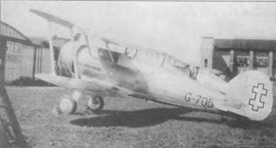 Литовский «Гладиатор Mk I» (G-705) в Англии перед отправкой заказчику. Самолет серебристый с черными номерами и черным крестом на руле направления. Этот самолет был из числа 14 машин, заказанный Литвой в мае 1937 года. Литовские «Гладиаторы» были доставлены заказчику в октябре-ноябре 1937 года.