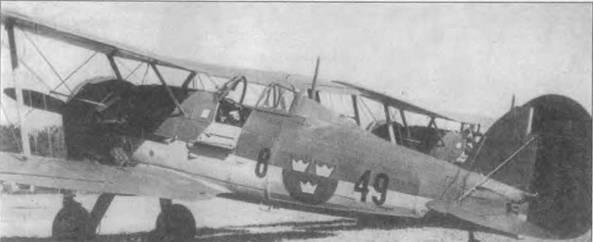 Швеция заказала в 1937 году 37 «Гладиаторов Mk I». Еще 18 «Гладиаторов Mk II» было заказано годом позже. В шведских ВВС самолетам присвоили обозначение J-S и J-8A. Этот J-8 (8-49/279) летал в составе F8 из Баркабю, под Стокгольмом, в 1937-40г.г. Сверху самолет выкрашен краской Olive Green (FS34086), снизу — Light Blue Gray (FS36I52). Опознавательные знаки в шести позициях — синий круг с тремя золотыми коронами. Надписи на фюзеляже черные, серийный номер нанесен в районе хвостового оперения.