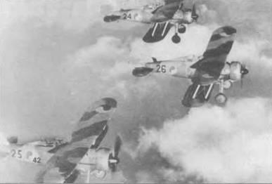 Три «Гладиатора» из 1-й эскадрильи, Ирландия, ноябрь 1940 года. Самолеты получили пятнистый камуфляж, серийные номера черного цвета. Зелено-оранжевая кельтская кокарда на бортах фюзеляжа и верхнем крыле.