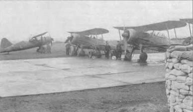Два ирландских «Гладиатора» и Вестленд «Лисаидер» на аэродроме в Балдоннеле, 1941 год. Идет подготовка к пуску двигателей. С 1940 года ирландские «Гладиаторы» несли пятнистый камуфляж Dark Green/Dark Earth + Aluminum. Ни нижней стороне крыльев сохранились трехцветные полосы, но с руля направления полосы убрали.