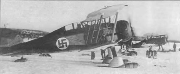 Два «Гладиатора Mk II» прогревают моторы. I марта 1940 года. Самолеты летали в составе LLv 2, одной из трех финских эскадрилий, оснащенных «Гладиаторами» в ходе зимней кампании 1940 года. Самолеты оснащены финским лыжным шасси.