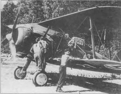 Механики готовят «Гладиатор» (GL-272) на песчаном берегу озера Хойтиайнен, июнь 1941 года. Законцовки нижних крыльев и полоса на фюзеляже желтые. Серийный номер на нижней стороне крыла оказался частично закрашен желтой краской.