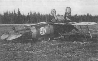 «Гладиатор Mk I» (G1.-273) перевернулся вверх шасси на мягком грунте в районе Хаараярви. Финляндия. 12 августа 1941 года. Судьба истребителя и его пилота неизвестны. Желтая полоса на хвосте закрывают первую букву серийного номера.