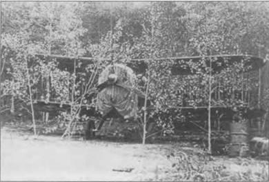 Финский «Гладиатор Mk II» замаскирован ветками. Карельский фронт. Самолет стоит на опушке, несколько срубленных березок поставлены перед его крыльями. Двигатель закрыт брезентом.