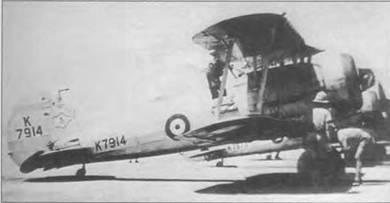 Пилот забирается в кабину «Гладиатора Mk I» (K7914) 80-й эскадрильи, Исмаилия, 1940 год. Два механика готовят машину к патрульному вылету в район Суэцкого канала. Самолет еще серебристого цвета. Вскоре по прибытии в Египет, машины 80-й эскадрильи получили камуфляж. K7914 позднее служил в составе 1413-го звена метеоразведки в Рамале, Палестина.