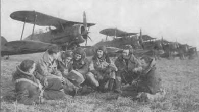 Пилоты 615-й эскадрильи позируют пред «Гладиаторами Mk II», Мервиль, Франция. Самолеты с трехлопастными винтами «Фейри-Рид». Винты выкрашены в черный цвет, на лопастях желтые метки. 615-я и 607-я эскадрильи в мае 1940 года несколько недель участвовали в боях.