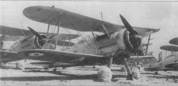 В 1938 году на Мальте находилось 18 «Си Гладиаторов». Эти машины были законсервированы, их использовали для пополнения транзитных частей. Передний «Си Гладиатор» N5531 был один из шести машин, собранных для звена «Хал-Фар» в середине 1940 года. Этот самолет участвовал в боях с итальянской авиацией в июне-июле 1940 года. Колеса закрыты чехлами, чтобы солнечные лучи не повредит резину покрышек. Трехлопастный винт «Фейри-Рид», как на «Гладиаторе Mk II», обеспечивал небольшой прирост скорости и не давал сильной вибрации, как двухлопастный винт «Уоттс».