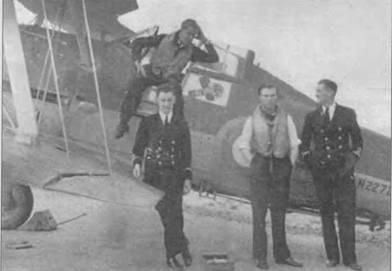 Лейтенант Дж. У. Слей сидит на борту кабины своего «Си Гладиатора» (N2272) 804-й эскадрильи. Это был так называемый «переходный» (interim) «Си Гладиатор». 38 таких машин было сделано весной 1939 года путем переделки серийных «Гладиаторов Mk II». Позднее начался выпуск настоящих «Си Гладиаторов». 804-я эскадрилья базировалась на борту авианосца «Фьюриес» до сентября 1940 года, когда ее перебросили в Хатстон на Оркнейские острова. Лейтенант Слей украсил свою машину эмблемой: сжатая в кулак рука с шевронами флотского офицера на манжете бьет по ликторской фасции и свастике. Справа от крыла под фюзеляжем приварена ступенька. Крюк аэрофинишера уложен вдоль днища. У самолета стоят (слева направо): саблейтенант Балм, саблейтенант Р. Патерсон и саблейтенант Н.Г. Паттерсон.
