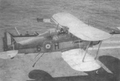Крюк аэрофинишера разрушился при посадке. Лейтенант Т. Г. Тачберн на «Си Гладиаторе» (6-Н) пытался сесть на палубу «Игла», середина 1940 года. Не известно, как закончилась посадка. Этот самолет летал в составе 813-й эскадрильи.