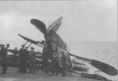 Поврежденный «Си Гладиатор» перемещают по палубе «Игла», 1940 год. Крылья сильно деформированы. Закрылки самолета остались в выпущенном положении. На киле видны узкие полосы «fin flash». Известны машины, у которых полосы занимали всю площадь киля.