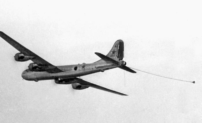 Самолет-буксировщик системы «Бурлаки», оборудованный устройством дозаправки топливом в полете истребителей МиГ-15