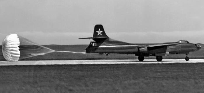 Пробег Ту-14 с тормозным парашютом после посадки. Крым, 1951г.