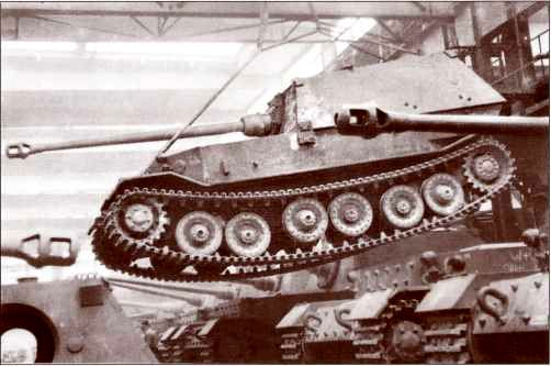 «Фердинанд» в контролируемом полёте внутри сборочного цеха «Нибелунгенверке». Краны на этом заводе выдерживали чудовищный вес боевых машин, позволяя перемещать их без приложения колоссальных усилий и сопутствующего грохота.