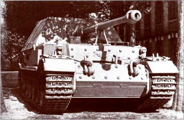 Новенький свежевыкрашенный «Фердинанд» во дворе завода «Нибелунгенверке», май 1943г. Камуфляж и тактические обозначения наносились на броню самоходок их экипажами на передовой.