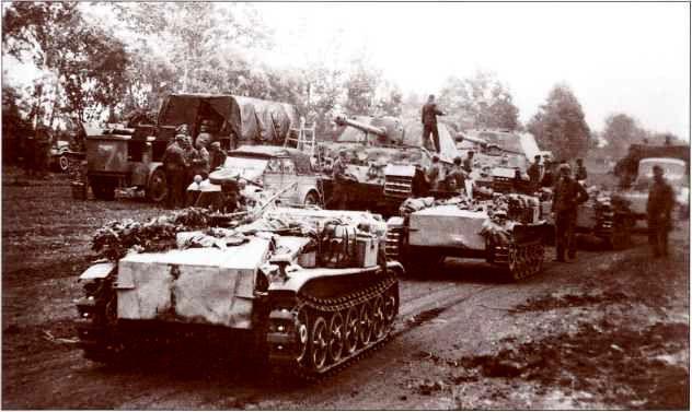 653-й батальон тяжёлых истребителей танков в районе сосредоточения накануне начала операции «Цитадель». На переднем плане — радиоуправляемые танкетки B-IV «Боргвард» 314-й роты.