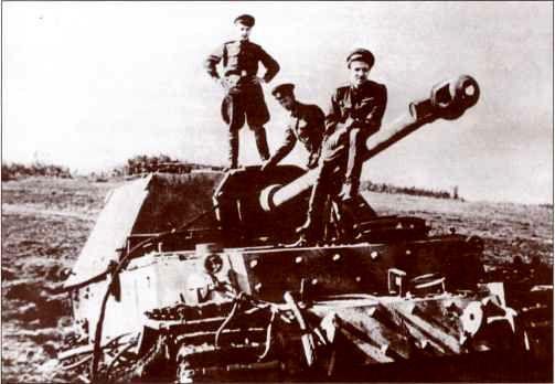 Константин Симонов на одном из поверженных «Фердинандов». Район Малоархангельск — Поныри — Ольховатка, июль 1943г.