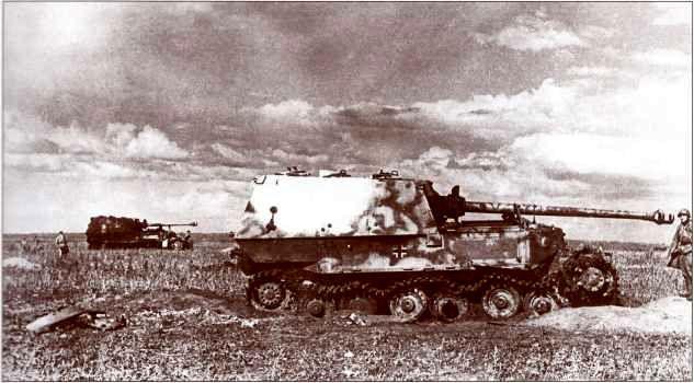 """""""Фердинанд"""" №502 1-й роты 654-го батальона тяжёлых истребителей танков, подорвавшийся на фугасе в районе станция Поныри — совхоз """"1-е Мая"""". В бортовом бронелисте рубки заметен открытый лючок для стрельбы из личного оружия, заглушка повисла на цепочке. На заднем плане справа виден сгоревший """"Фердинанд"""" №523 того же подразделения."""