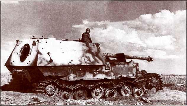 Красноармеец, оказавшийся в кадре на предыдущем фото «Фердинанда» №502, позирует фотокорреспонденту, облокотившись на боевую рубку поверженного истребителя танков.