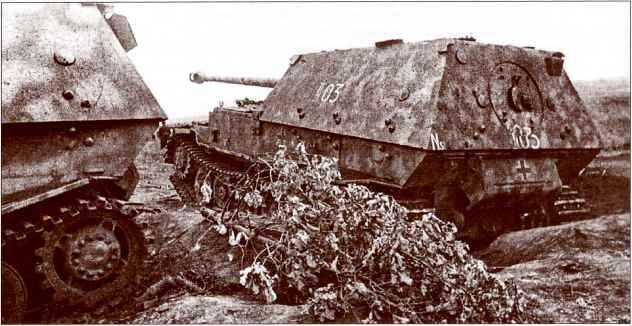 «Фердинанд» №11–03 из состава штабной роты 654-го батальона был выведен из строя снарядным попаданием в ходовую часть — самое слабое место самоходок этого типа. Рядом с ним — «Фердинанд» №732.