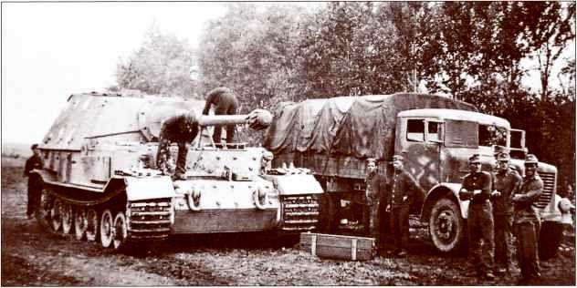"На фото запечатлён процесс погрузки снарядов на борт ""Фердинанда"" из 4,5-тонного грузовика ""Бюссинг-НАГ S4500""."