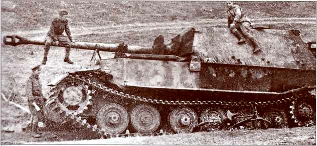 """""""Фердинанд"""" №112 1-й роты 653-го батальона подорвался на мине и был брошен экипажем. Велосипед на переднем плане, видимо, принадлежит одному из красноармейцев, взобравшихся на трофей (архив Н. Арзамасовой)."""