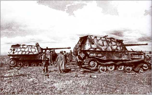 Осмотр командирами Красной армии подбитых и оставленных на поле боя «Фердинандов» №723 (слева) и 702 (справа) 7-й роты 654-го батальона.