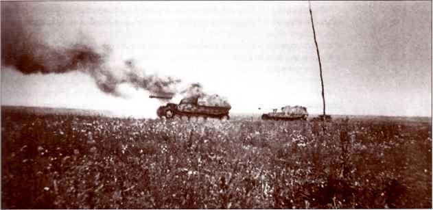 """""""Фердинанды"""" на фото весьма сложно идентифицировать, однако первый из них, скорее всего, загорелся, не доехав до передовой,— на это указывает стоящий позади второй самоходки автомобиль."""