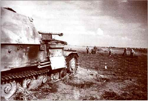Полевые работы без оглядки на «Фердинанд» №113. Автор фото — Я.Н. Халип, июль 1943г.