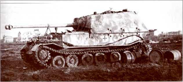 «Фердинанд» №121 1-й роты 653-го батальона во время дозаправки. Рядом с самоходкой лежат порожние бочки из-под горючего — дуэт двигателей «Майбах» был весьма прожорлив. Никопольский плацдарм, ноябрь 1943г.