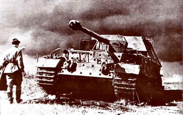 «Фердинанд» №122, подорвавшийся на противотанковой мине в районе Поныри — совхоз «1-е Мая». Фото сделано до проведения испытаний самоходки обстрелом. Июль 1943г.