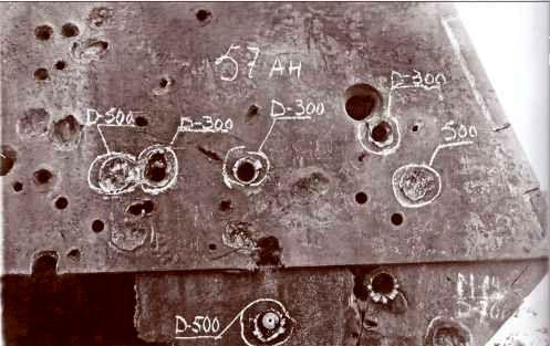 Попадания бронебойно-трассирующих снарядов 57-мм пушки танка «Черчилль» в борт и боевую рубку «Фердинанда».