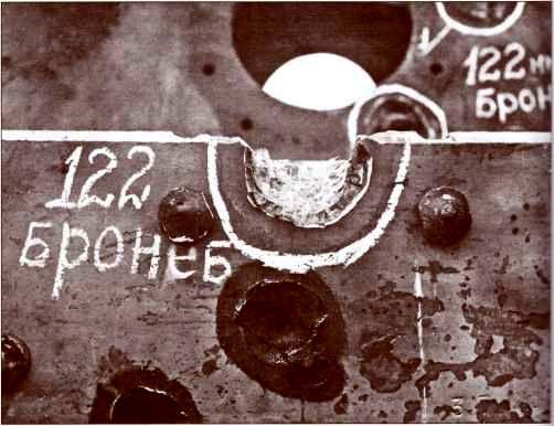 Попадание бронебойного снаряда 122-мм пушки Д-25 в лобовой бронелист рубки «Фердинанда».