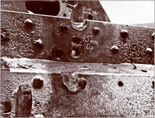 Лобовой бронелист корпуса «Фердинанда». Сквозная пробоина от попадания бронебойного снаряда немецкой 75-мм пушки танка «Пантера».